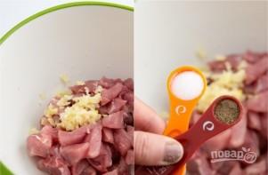 Картошка, тушенная со свининой в кастрюле - фото шаг 3