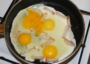 Яичница с сыром плавленным - фото шаг 3