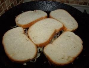 Бутерброды с колбасой на сковороде - фото шаг 3
