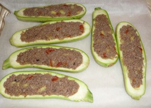 Лодочки из кабачков с овощами - фото шаг 6