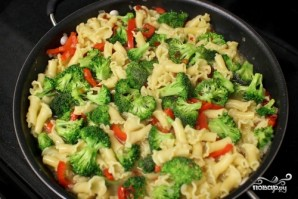 Паста с курицей и овощами - фото шаг 6