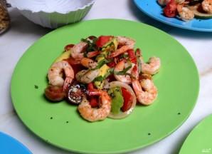 Салат с креветками и черри  - фото шаг 3