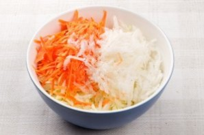 Свежий салат из капусты с морковью - фото шаг 4