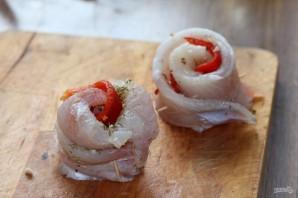 Рыбные рулетики, запеченные с овощами - фото шаг 8