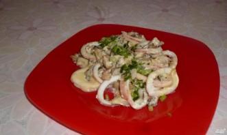 Кальмары, тушенные с грибами, луком и сыром - фото шаг 8