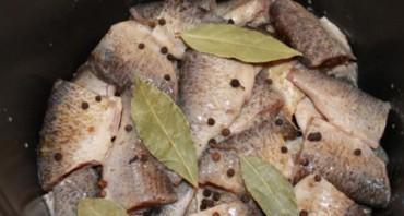 Консервы из речной рыбы в мультиварке - фото шаг 2