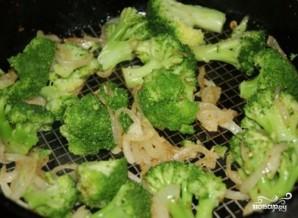 Брокколи с яйцом и сыром на сковороде - фото шаг 4