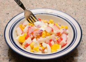Салат с крабовым мясом и кукурузой - фото шаг 3