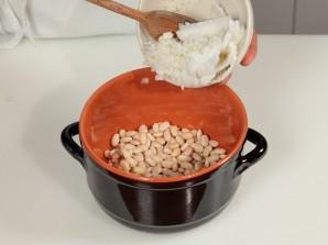 Белая фасоль с луком - фото шаг 1