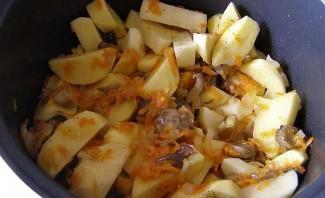 Тушеный картофель с замороженными грибами - фото шаг 3
