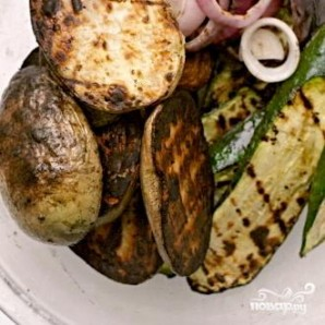 Салат из жареных овощей с грибами - фото шаг 3