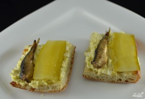 Бутерброды со шпротами и яйцом - фото шаг 4