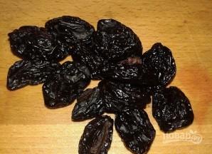Салат с грецким орехом и черносливом - фото шаг 2