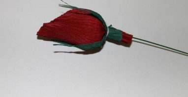 Бутоны роз из конфет - фото шаг 4