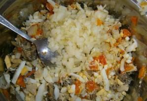 Салат из консервированных кальмаров и шампиньонов - фото шаг 5