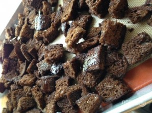 Сухарики из черного хлеба с чесноком - фото шаг 2