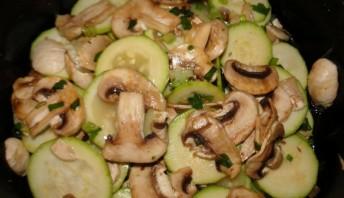Кабачки жареные с грибами - фото шаг 3