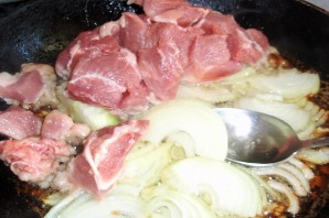 Тушеная свинина с кабачками в сковороде - фото шаг 1
