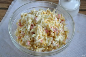 Салат с крабовыми палочками и капустой - фото шаг 5
