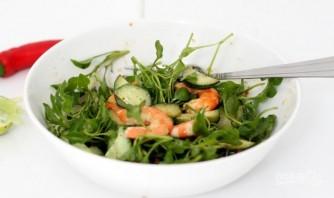 Салат с креветками и огурцом - фото шаг 5