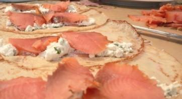 Блинчики с рыбой и сыром - фото шаг 5