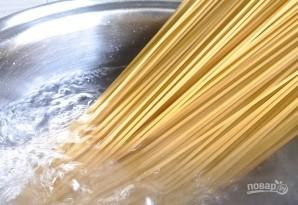 Спагетти с чесноком и петрушкой - фото шаг 2