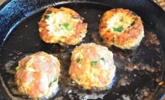 Котлеты в духовке с яйцом - фото шаг 6