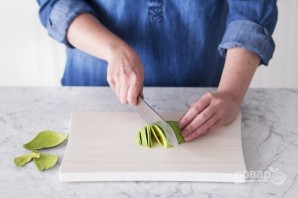 Розочка из авокадо - фото шаг 2