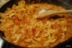 Фарфалле со сливочно-томатным соусом - фото шаг 6