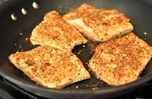 Филе лосося на сковороде - фото шаг 4
