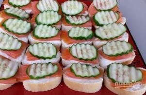 Бутерброды с красной рыбой и огурцом - фото шаг 5