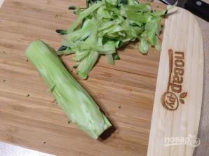 Салат из стеблей брокколи, моркови и огурца - фото шаг 2