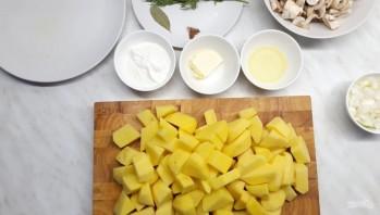 Картофель, тушенный в сметанном соусе с грибами - фото шаг 1
