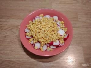 Салат из редиса, огурца и кукурузы - фото шаг 5
