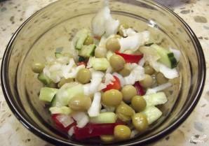 Салат из зеленого горошка и свежей капусты - фото шаг 3