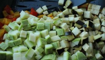Кабачки, запеченные с овощами - фото шаг 1