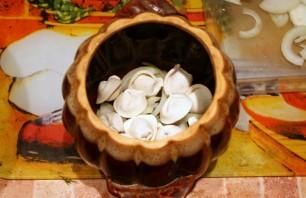 Пельмени с грибами в горшочках - фото шаг 8