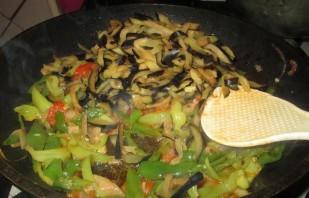 Баклажаны, жаренные с перцем и помидорами - фото шаг 4