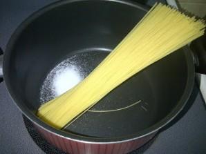 Спагетти с шампиньонами в сливочном соусе - фото шаг 4