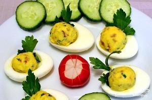 Яйца с майонезом и чесноком - фото шаг 5