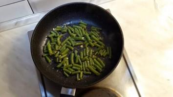 Салат с зеленой фасолью и яйцом - фото шаг 2