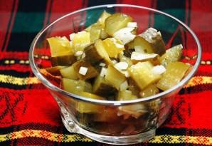 Простой салат с солеными огурцами - фото шаг 4