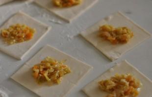 Пирожки из слоеного теста с капустой - фото шаг 2
