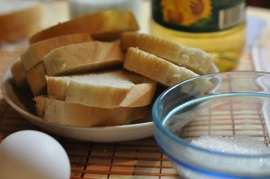 Гренки с яйцом на сковороде - фото шаг 1