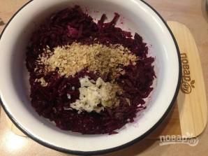 Свекольный салат с чесноком и орехами - фото шаг 4