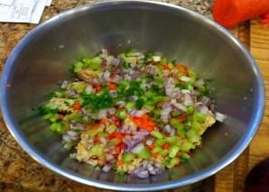 Простой салат с тунцом консервированным - фото шаг 3