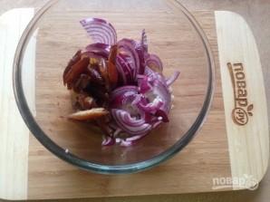 Салат из рукколы, лука и фиников - фото шаг 4