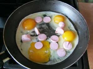 Яйца с сосиской - фото шаг 2