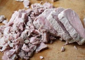 Салат с отварной свининой - фото шаг 2