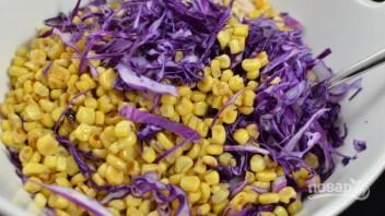 Салат из капусты и кукурузы - фото шаг 3